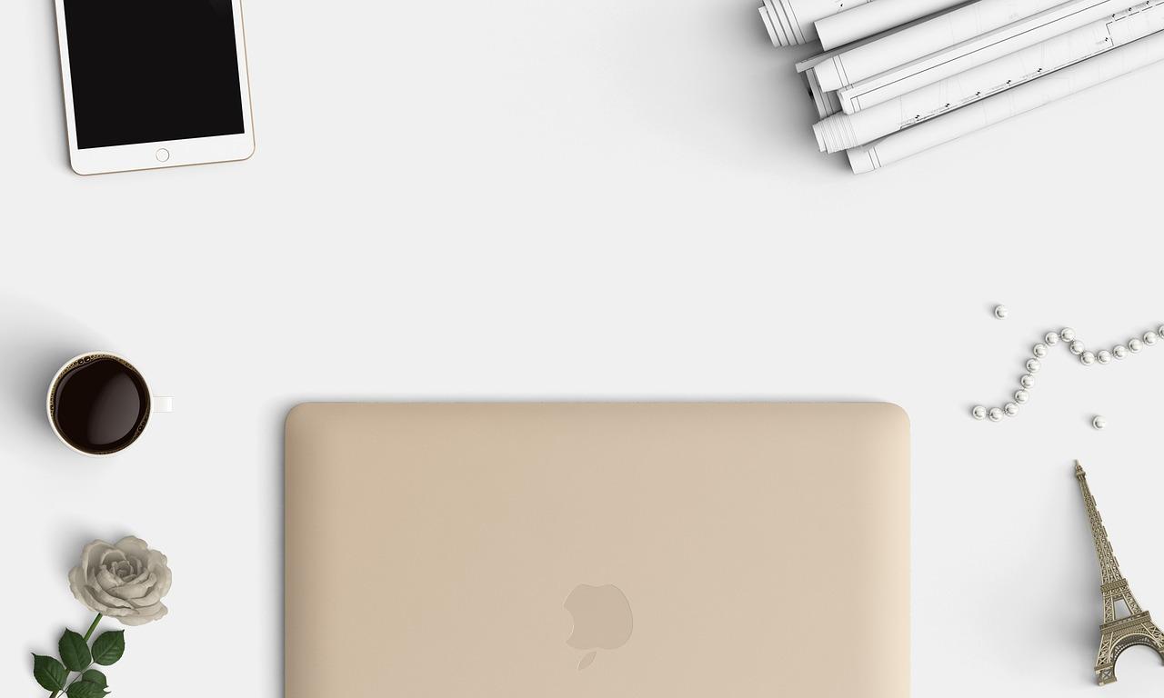 deskspace-macbook
