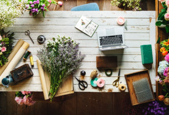 laptop and gardening flatlay | © Unsplash