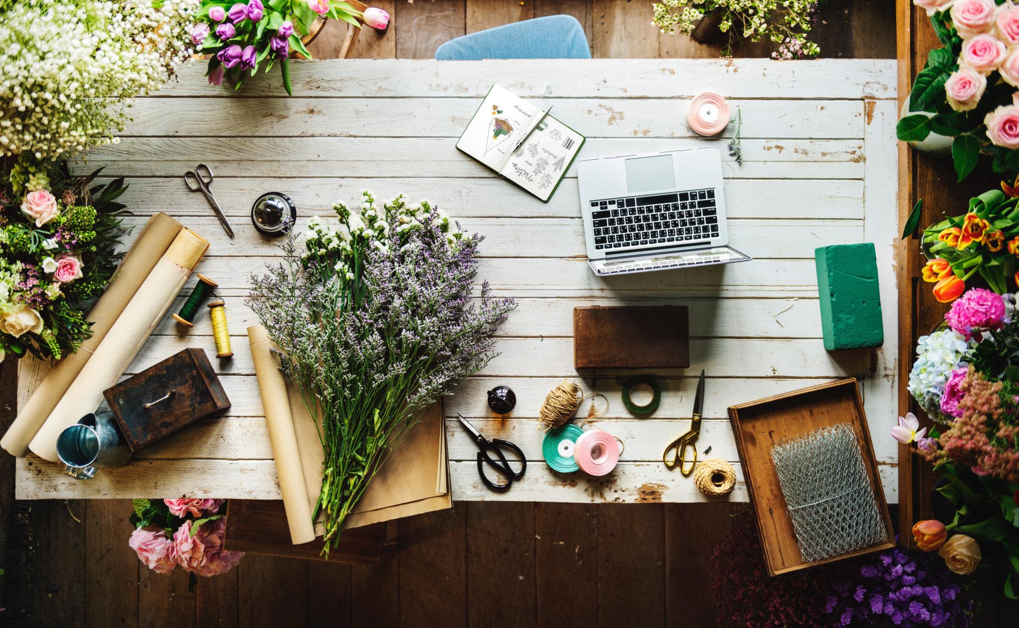 laptop and gardening flatlay | © Unsplash